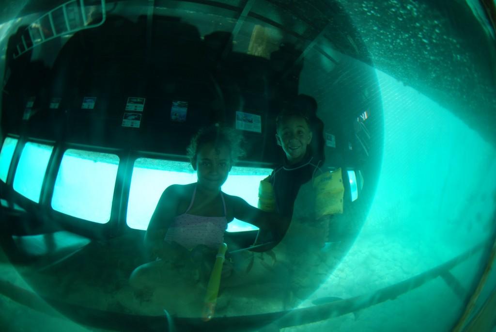 Curaçao Sea Aquarium - kids in Under water observatory boat