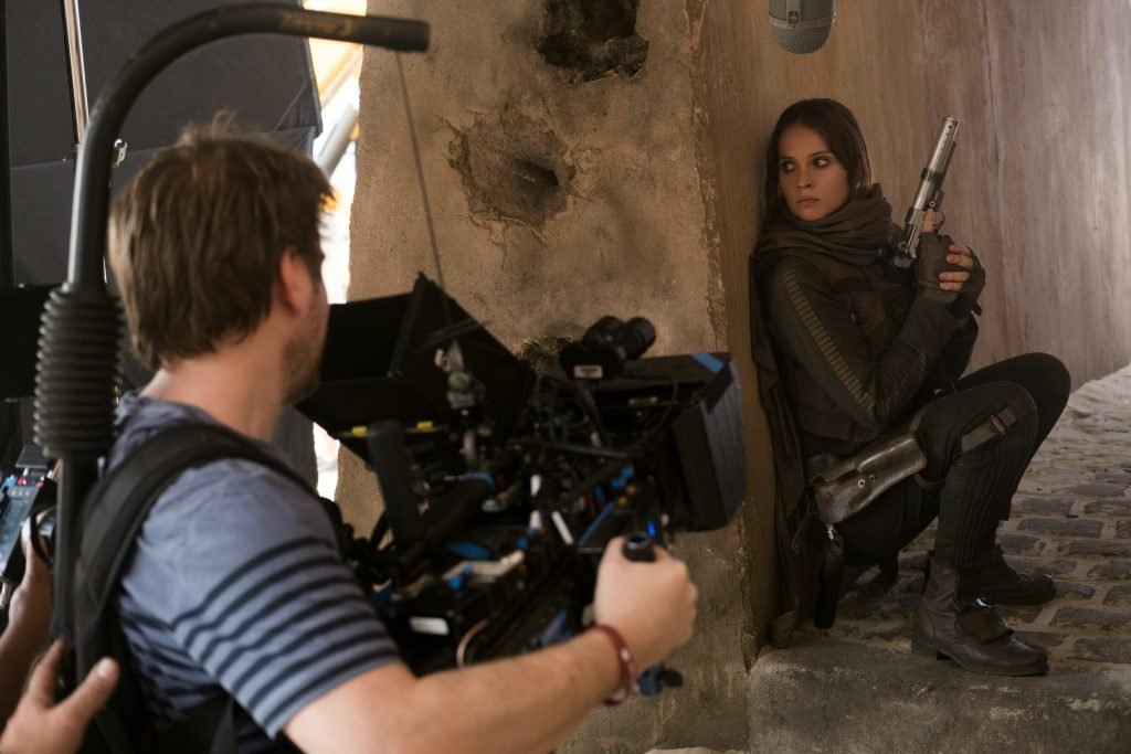 Rogue One: A Star Wars Story L to R: Director Gareth Edwards and Felicity Jones (Jyn Erso) Ph: Giles Keyte © 2016 Lucasfilm Ltd. All Rights Reserved.